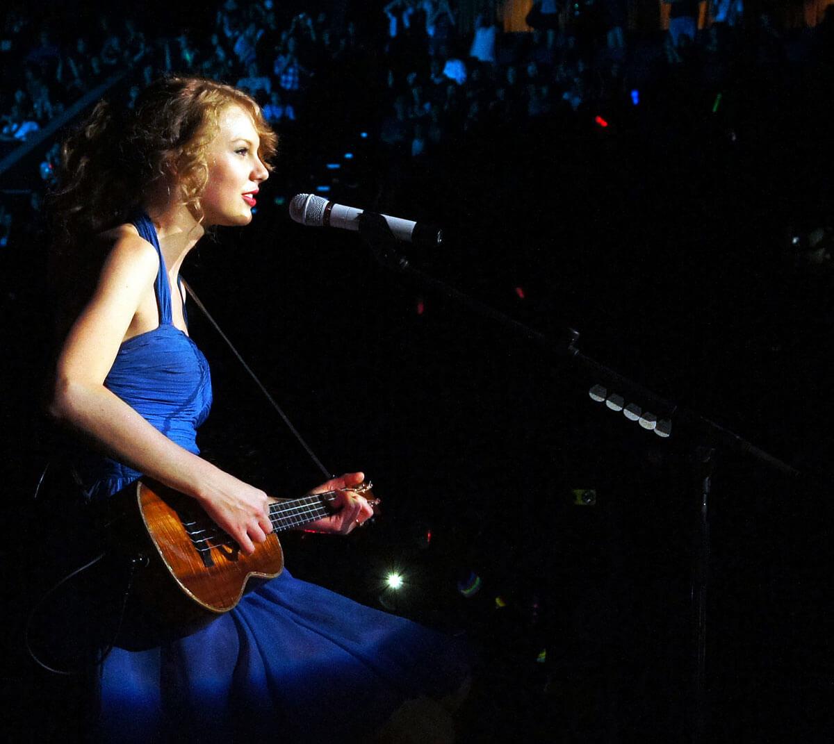 Taylor Swift 弹唱会弹 Uku(图片来自网络)